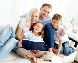 famiglia-felice-la-lettura-di-un-libro_1098-1493
